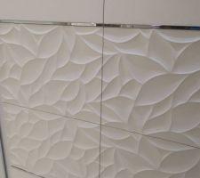 Choix du Carrelage : Carrelage blanc avec des nervures en relief pour la salle de bain du rez de chaussée. PORCELANOSA, gamme Habitat, modèle Oxo Déco