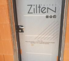 Porte simple RAL 7016 avec bandes en aluminium de marque Zilten