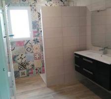 Meuble vasque et sèche serviette en place