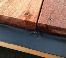 Le bois travaille, plutôt rapidement je trouve, ce travail vient pincer la bande bitumineuse