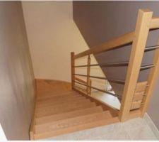Escalier en bois essence hêtre rosé, modèle TEMPO, rampe en inox