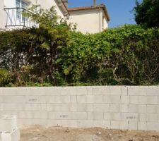 Mur de clôture en béton banché