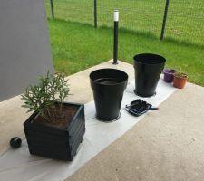 Le printemps est là, il est temps de s'occuper des extérieurs. Customisation de pots===> APRÈS PEINTURE (Peinture V33 , noire, extérieur, tt support)..