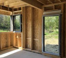 Porte fenêtre de la cuisine donnant accès à la terrasse