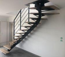 24/04/2019 : Pose des marches et garde corps de l'escalier- Teintes marches : Chêne Naturel, limon et gardes corps : RAL 7016