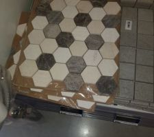 Faïence trouvée par hasard pour les vasques de la SdB qui rappelle le sol de la douche italienne