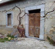 Encadrement pierre de taille de la porte d'entrée sablé