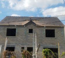 Pose de l'ecran sous toiture et des tuiles maison. Garage en attente