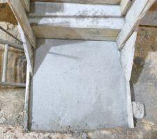 Base de l'escalier (73 cm à droite, 80 à gauche)