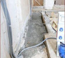 Câbles du coffrer de chantier coulés dans le béton