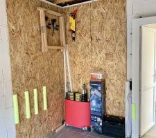 Panneaux OBS aux mur pour y fixer les outils, protections pour la voiture mises