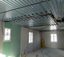 Panneaux rayonnants du plafond chauffant sur lesquels ont été posés les tuyaux de circulation d'eau