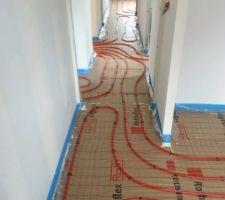 Passage des tuyaux du chauffage au sol ...travaux soignés