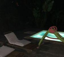 Deck Bois rouge autour de la piscine
