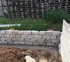 Montage du mur quasi terminé il ne reste plus qu.a remplir derrière les 2 dernières rangees de terre.