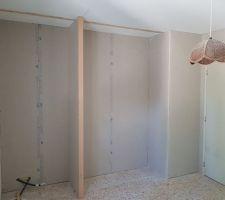 Les coins penderie des chambres enfants seront séparés en deux pour faire un petit coin bureau.