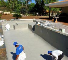 Revêtement piscine Diffazur Quartzroc gris clair imperial pailleté en cours de finition. Mise en eau tout à l'heure et mise en service lundi !