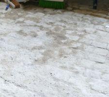 Le sol humide de la buanderie