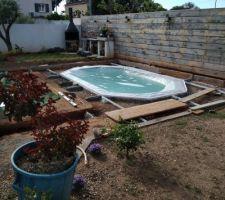Protection de la piscine avant coulage de la dalle. Les règles de hauteur sont en place