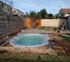 Protection de la piscine avant coulage de la dalle. Les règles de hauteur sont en place, les bandes de désolidarisation aussi