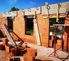 Elévation des murs : coffrages volets et linteaux