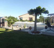 Vue d'ensemble des travaux autour de la piscine terminés. Juste encore des petites plantes par ci par là