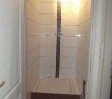 Salle d'eau presque finie. Il reste les joints à faire et la porte de douche et lavabo à installer. Pour l'instant on s'occupe de l'extérieur