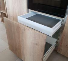 Détail meuble sous four dans la cuisine