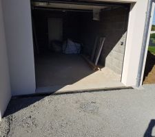Entrée de notre garage avec terrassement et mise en place du caniveau