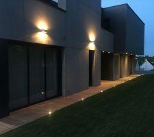 Eclairage le long de la maison