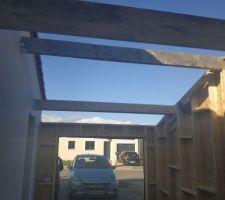 Pose des madriers pour la toiture