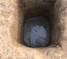 Béton coulé dans les trous
