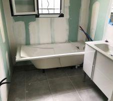 Baignoire et meuble vasque de la salle de bain