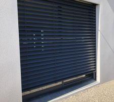 Pose des BSO (Brises Soleil Orientables) sur les 2 baies vitrées du salon.