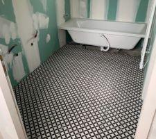 Carreaux de ciment dans la salle de bains.