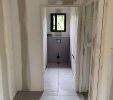 Carrelage couloir. Imitation béton ciré gris clair en 80x80.