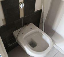Cuvette de WC posée, faïence en attente du dernier carreau...