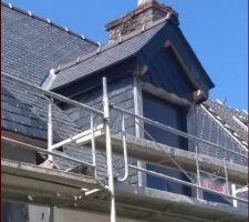 Lucarne rénovée : cadre en chêne, fenêtre alu, toiture avec parepluie rigide 60mm en fibres de bois. Gros défaut : pas de possibilité de plus de 25 mm d'isolant sur les joues :(