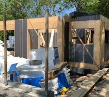 Montage popup house en cours. Bloc de polystyrène + bois.