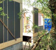 Montage popup house en cours. Bloc de polystyrène + bois. façade nord de la maison avec patio