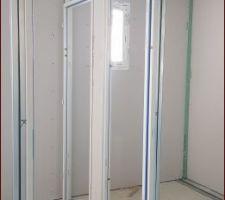 Dans le fond, le WC de l'étage, je suis dans la chambre de mon fils et la nôtre à droite