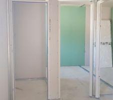 """Toilettes de l'étage et notre chambre vus du """"couloir"""""""