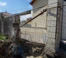 Sécurisation de la limite de propriété et étayage du pilier de portail de notre voisin.