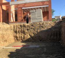 Mise a niveau du sol après apport de sable pour niveler finement