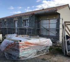 Les enduiseurs sont la l enduit de la maison prend forme  La face de la maison Enduit noirmoutier et l enduit du garage Enduit Carnac