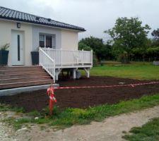 Terre végétale étalée par le terrassier