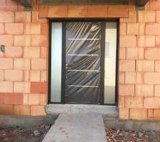 Porte d'entrée zilten ral 2100 avec 2 impostes vitrés. Il y aura également la barre de tirage. vue de l'extérieur