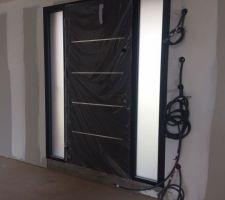 Porte d'entrée zilten avec 2 impostes vitrés. En alu ral 2100. Vue de l'intérieur