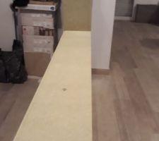 Puisque la cloison sera recouverte de parement la largeur totale de la cloison (en comptant le parement) est plus grande que la largeur de la verrière, nous avons décidé de rattraper cet écart en créant un cadre avec des tasseaux de bois que nous peindrons en noir.