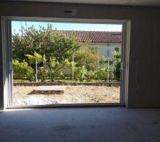 Vue de notre baie vitrée du salon, qu'on ne verra bientôt plus quand le mur sera fait...